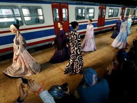 穆斯林服装时尚秀在土耳其车站举行