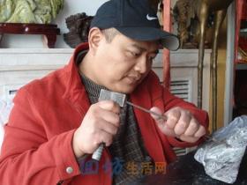 板凳上的宁夏回族雕刻大师王辉